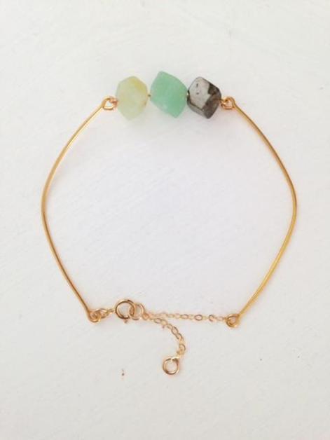 Bracelet Babou'Ni Des pierres naturelles, et du plaqué or, des bijoux de confection locale, tout en finesse