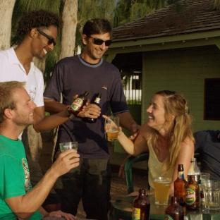 Les apéros, le sport, les soirées, lorsque le couple arrive à La Réunion, il doit se créer de nouveaux repères. Un nouveau cercle d'amis et pour cela, une solution : sortir de son cocon.