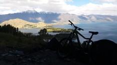 vue sur lac de queenstown du bikepark avec un vélo prêté