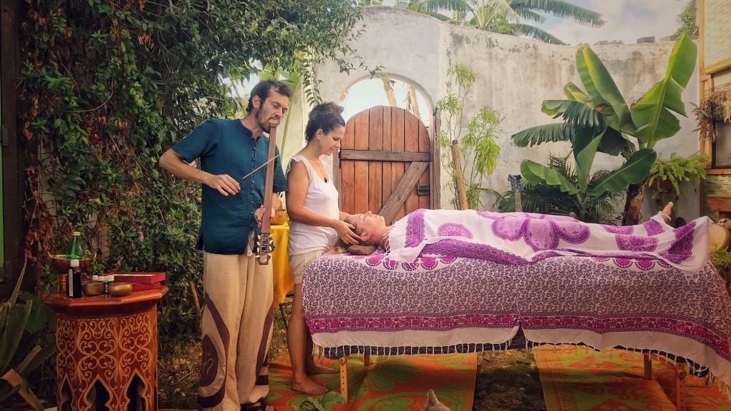Yorick et Christelle proposent un soin inédit : le massage ayurvédique en voyage sonore.